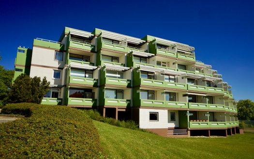 Außenansicht mit Grünanlagen